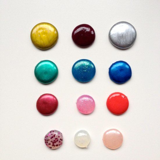How to make enamel dots with a glue gun and nail polish. (in French)