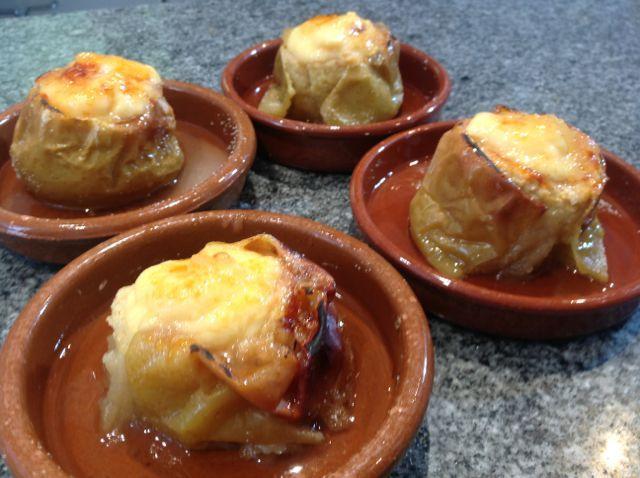 """El Forner de Alella os prepara unas riquísimas Manzanas al Horno rellenas de Crema que podréis hacer fácilmente en vuestras casas. Quedan deliciosas. Si os gusta este vídeo no olvidéis clicar """"me gusta"""" y compartirlo"""
