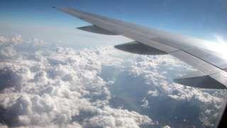 """Image caption                                      Lo llaman """"hielo azul"""", excremento congelado mezclado con líquido de inodoro, cayendo desde las alturas.                                Un tribunal en India acaba de emitir un fallo inusual. Las aerolíneas en India enfrentarán una multa de US$736 si sus aviones"""