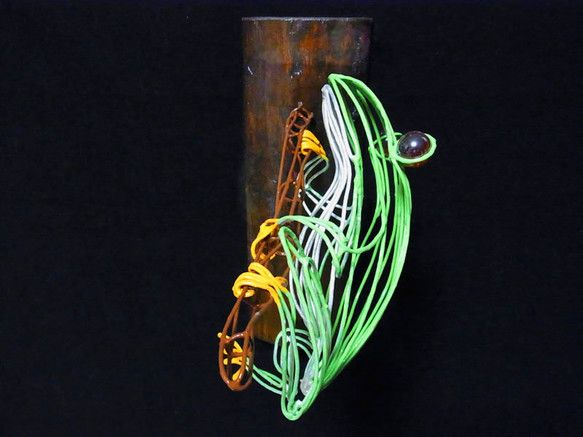 アカメガエルのワイヤーアートです。あえて縦横の線を使わず、縦方向の線だけで立体感を再現しました。素材は銅線を半田により溶接。背中はグリーン、お腹はパールホワイ...|ハンドメイド、手作り、手仕事品の通販・販売・購入ならCreema。