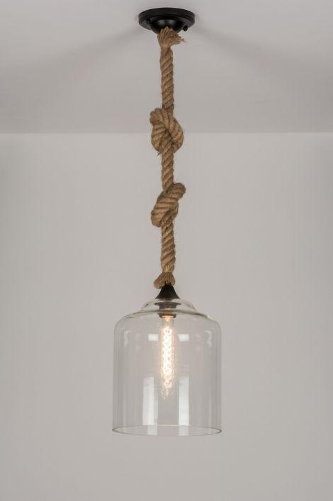 Artikel 11019 Deze aparte hanglamp bestaat uit een glazen kap gecombineerd met een robuust, stoer touw. De glazen kap is voorzien van subtiele bubbeltjes, lijntjes en andere oneffenheden om het ruwe karakter extra te benadrukken. Het snoer ligt verstopt in een dik scheepstouw dat grof is van structuur. Om de lamp qua hoogte in te korten dient u het touw, afhankelijk van uw wens, te voorzien van 1 of meerdere knopen…