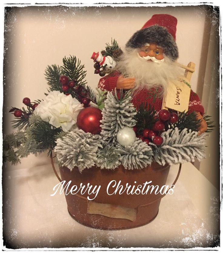 Composizione realizzata con fiori artificiali e babbo natale... centrotavola natalizia...