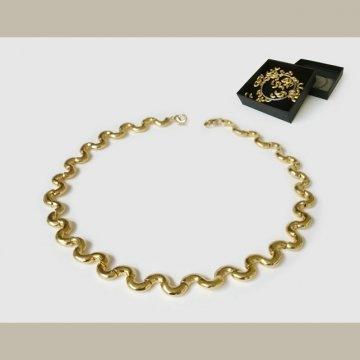 un collier de nouilles à faire soi-même avec des perles en forme de coquillettes en or, créé par les designers de chez Atypyk