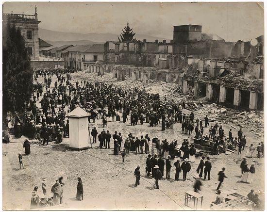 Plaza de Bolívar al día siguiente del incendio de las Galerías de Arrubla (Linio Lara, 1900)