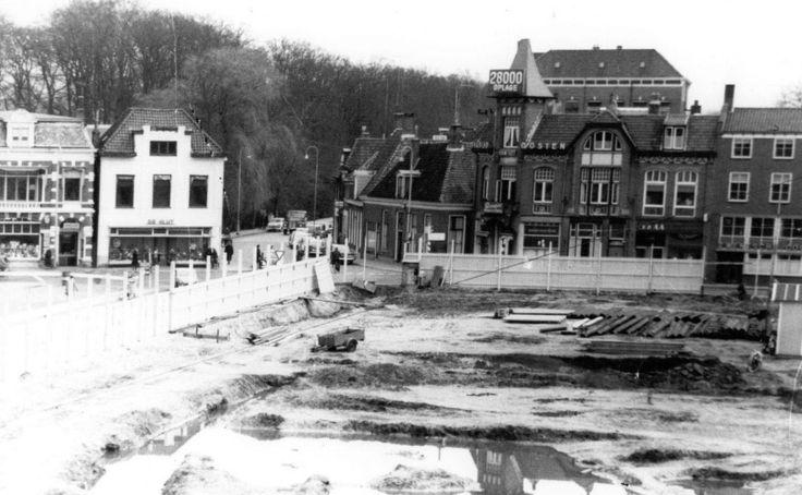 Aanbouw van Hema en Vroom en Dreesman op de hoek Grotestraat- Wierdensestraat. Op de achtergrond Dagblad van het Oosten. | Mijn Stad Mijn Dorp