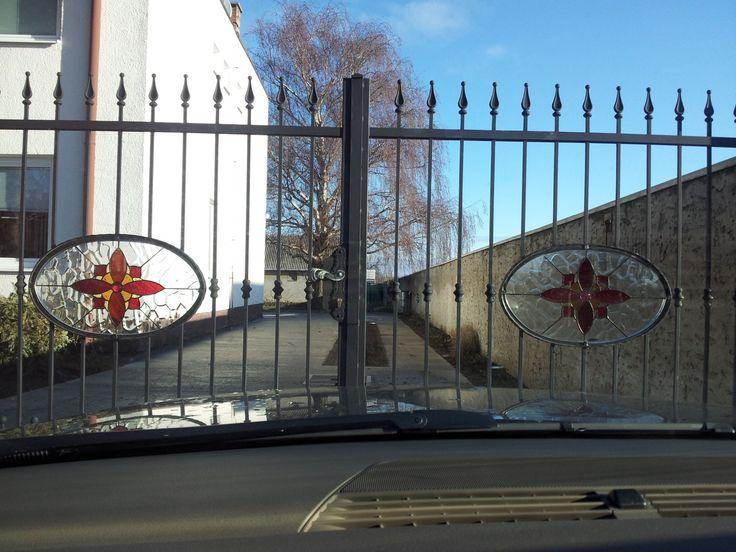 Schmiedeeisentor mit bunten Bleiglasfenstereinlagen  http://at.sooscsilla.com/portfolio/schmiedeeisentor-mit-bunten-bleiglasfenstereinlagen/ http://at.sooscsilla.com/herstellung-von-bleiglasfenster-und-bleiglastueren-fuer-privat-und-unternehmen/