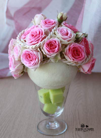 Composition florale boule avec des roses Mini Eden dans un verre rempli de dès en mousse verte. #boule #rose #mimieden #cordon #cube #mousse #florale #ivoire #vert #verre