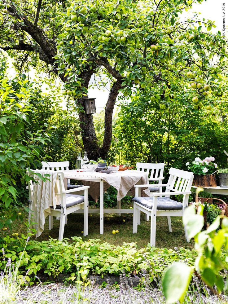 En uteplats att umgås på är guld värd så här års! Utemöblerna ÄNGSÖ skapar en idyllisk samlingsplats för middagsbjudningar och familjestunder. I massiv furu och med sin klassiska charm, passar de perfekt in i en lummig trädgård som denna.
