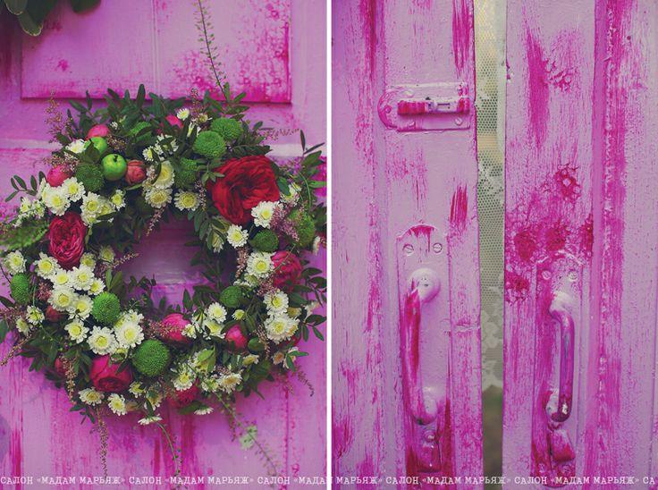 Церемониальную арку заменила винтажная малиновая дверь, декорированная вручную. Всю ее украсили цветами, венками и ажурными шторами.