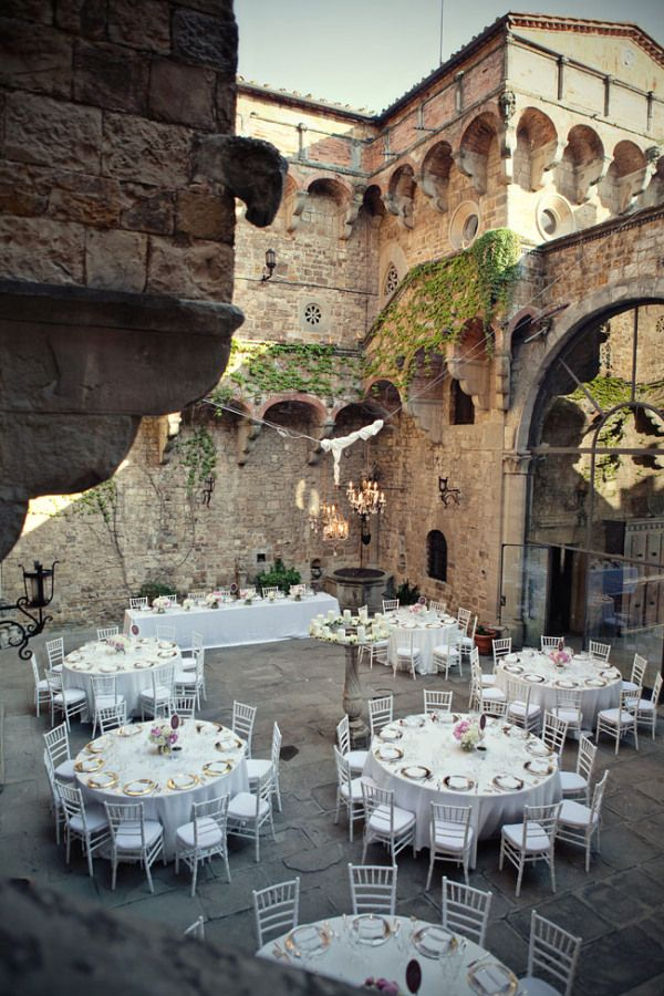 "Italian wedding ""al fresco-style"" in Florence, Italy.  Wow, what a beautiful setting for a wedding."