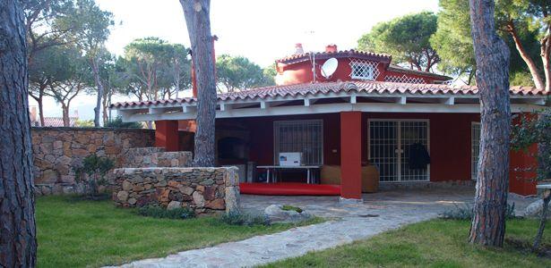 Bellissima villa, in posizione incantevole immersa nella pineta, con un terreno di circa 2000 mq. Per maggiori informazioni rivolgersi al numero 3939888095 www.lakasa.it