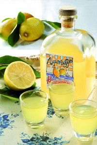 Υλικά      10 λεμόνια μέτρια (να μην είναι κερωμένα)     1 λίτρο οινόπνευμα 90°     400γρ. ζάχαρη     ½ λίτρο νερό