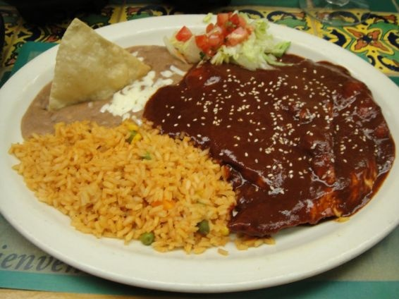 Pollo con mole acompa ado de arroz y frijoles refritos for Absolutely delish cuisine