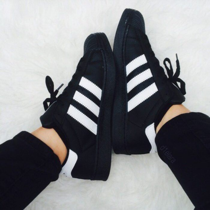 timeless design 014fc c153d pies de mujer con tenis adidas superstar negro