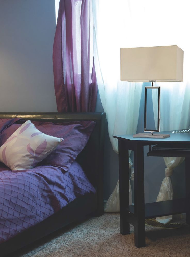 Zamiast lampki do czytania. Lampa Zuma Line Quadrate sprawdzi się w sypialni oraz salonie.
