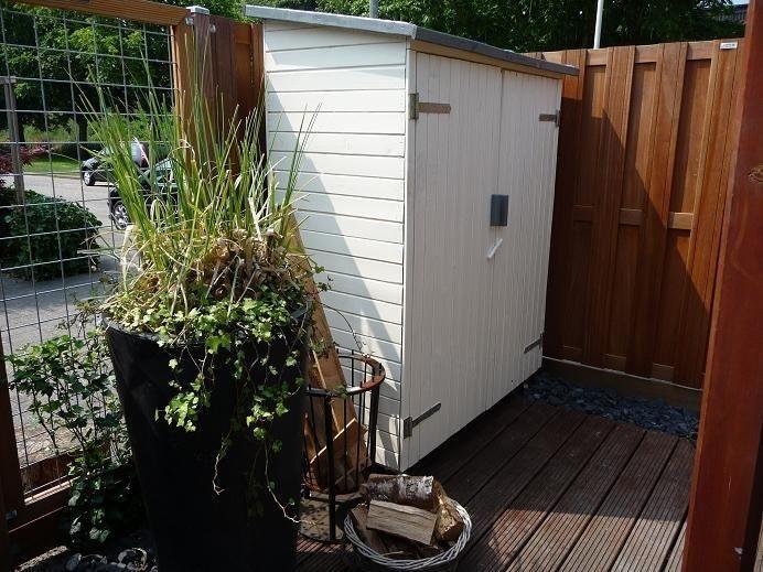 Schitterende en handige tuinkast! Mooi wit gebeitst! #blokhutvillage