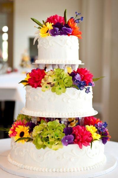 Wei?e Hochzeitstorte mit vielen bunten Blumen. Torten ...