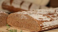 Gesünder und natürlicher geht´s wohl kaum noch – bei diesem Brot habe ich einen selbst gemachten Natursauerteig verwendet, beim Mehl handelt es sich ausschließlich um Bio Roggen- und Bio Dinkelvollkornmehl. Und als Drüberstreuer habe ich bei diesem gesunden Natursauerteigbrot auch noch auf die Zugabe von Hefe verzichtet. Im folgenden kannst du dieses Brot gleich mal …