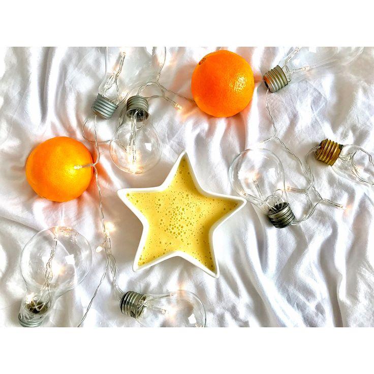 Porcja witamin na niedziele: pomarańcze, banan, mleko kokosowe 😃🍌🍊 --> Zapraszam moją stronę na fb https://m.facebook.com/eatdrinklooklove/ ❤ . .  Portion vitamins on sunday: oranges, banana, coconut milk 😃🍌🍊 --> I invite my page on fb https://m.facebook.com/eatdrinklooklove/ ❤