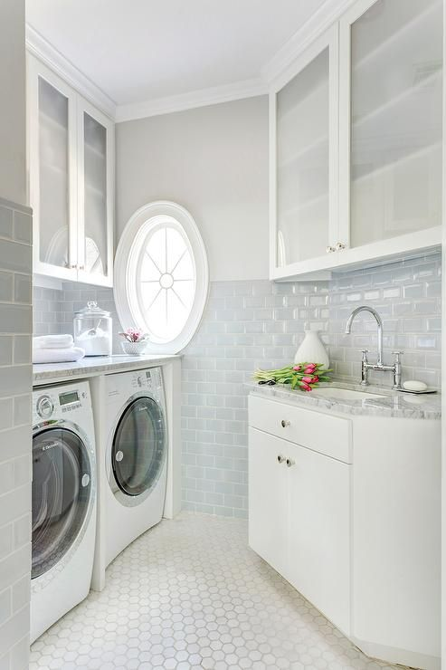 Sala de lavandería con Blue Metro Azulejos, Transición, Lavandería. ME ENCANTA!!