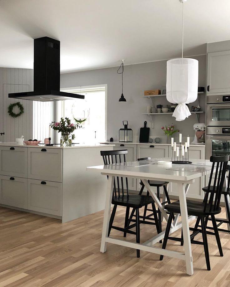 Trevlig kväll på er 🖤 Älskar de svarta detaljerna i köket! Bryter av snyggt mot allt det ljusa i vårat hem 👌🏼 #mittkök #mitthem #köket #grått #ikeakök #matbord #elloshome #roominteriorbylisa #köksö #kök #köksinspiration #skafferi #lantligtkök #köksinspo #köksinredning #köksbord #ernstform