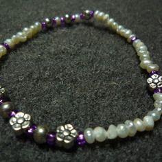 N°17 - bracelet élastiqué perles de nacre d'eau douce,perles de rocaille rose vif et perles et fleurs métal argenté