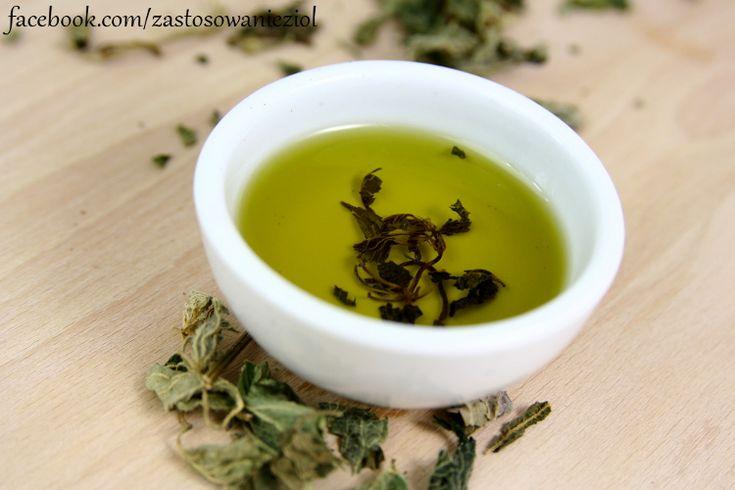 Olej pokrzywowy to świetny półprodukt do tworzenia kremów, mgiełek do włosów, toników do twarzy, czy maseczek.  Świeże ziele pokrzywy lub suche ziele zalej ciepłym olejem słonecznikowym można oczywiście wybrać inny olej np. olej lniany, migdałowy, winogronowy. Pokrzywa powinna macerować się w ciepłym miejscu, po 3-4 tygodnia otrzymamy olej bogaty w  składniki mineralnych, fitosteroli, chlorofilu i witamin rozpuszczalnych w tłuszczach https://www.facebook.com/zastosowa
