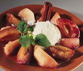 Ett enkelt recept på fantastisk kompott som passar utmärkt att servera till efterrätt. Du gör desserten av bland annat äpple, plommon och kanel. Servera den krämiga kompotten till smarrig vaniljglass.