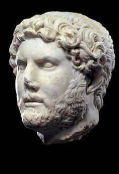 Ritratto di Adriano 117 d.C. Marmo  Conservato al Museo Nazionale Romano, Roma