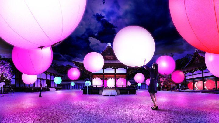 【期間限定】世界遺産の京都・下鴨神社で2016年8月17日(水)から8月31日(水)に「下鴨神社 糺(ただす)の森の光の祭」が行われます。テクノロジスト集団のチームラボが展示し、「呼応する木々」と「呼応する球体」によって世界遺産が光のアート空間に変わります!
