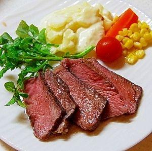 「美味しくてびっくり!ローストビーフ♪赤ワインソース」簡単なのにビックリ美味しく出来ます。赤ワインと蜂蜜で安いお肉もやわらか(^^)【楽天レシピ】