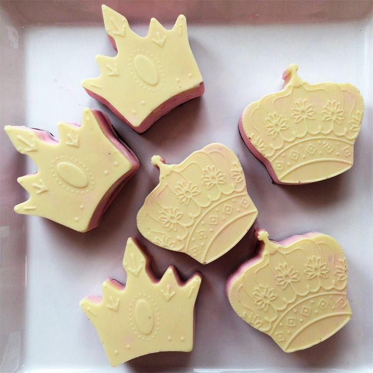 Valkosuklaakruunu -leivokset Kruunut -muotilla tehtyjä mansikkatuorejuusto-kakkusia, joissa dominopohja ja valkosuklaakuorrute
