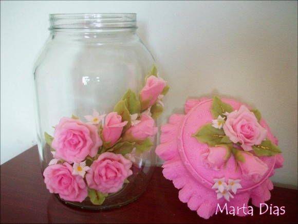 Pote com rosas em biscuit. Serve para decorar,e para mantimentos,macarrão,bolachas,doces.... Envernizado,pode ser lavado com cuidado. Pedido mínimo de 2 potes. R$ 50,00