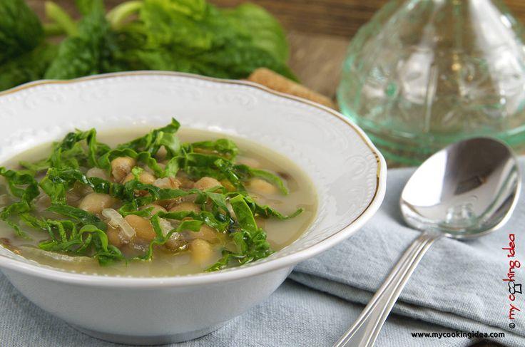 La minestra di legumi misti è il primo piatto perfetto da gustare nelle serata più fredde. Ricca e nutriente la minestra di legumi misti accompagnata da un fetta di pane diventa un piatto unico molto gustoso. Provatela poi con l'aggiunta degli spinacini freschi e sentirete che buon profumo.