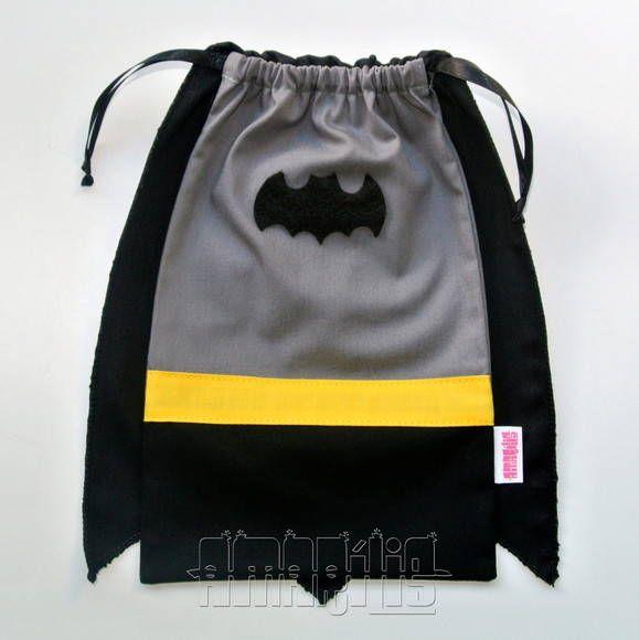 CRIAÇÃO POR AMARÍLIS ATELIER!  Sacola em Tecido (Tricoline) para Lembrancinhas de Aniversário com o Tema Batman!  Fechamento Prático!  Blusa Cinza Calça Preta Cinto Amarelo Capa Preta com Pontas  Aplicação de Morcego em Feltro Fitilho de Cetim Preto  PEDIDO MÍNIMO: 12 unidades DIMENSÕES: 25 cm x 14 cm R$ 7,30