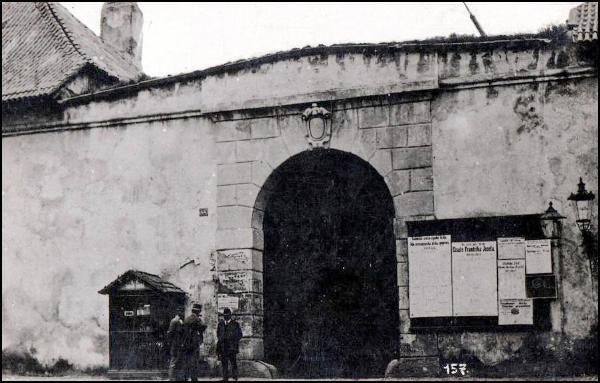 Žitná brána stojící na konci Žitné ulice do roku 1876 – u ulice Mezibranské (mezi Žitnou a Koňskou bránou)