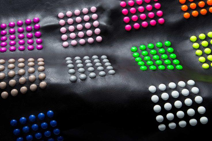 Borchie graffate verniciate fluo su pelle nera