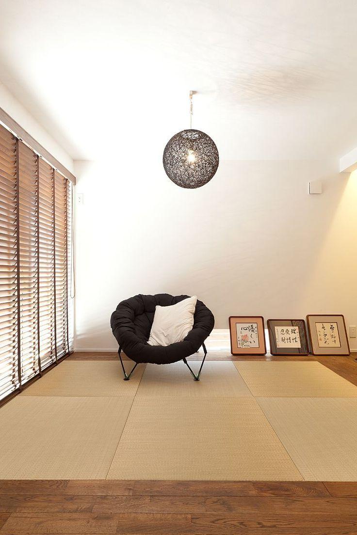 柔らかくて気持ちいい畳の部屋。インテリアを和風の小物で揃えるのもいいけれど、ソファを置いて洋風ミックスにコーディネートするのがとってもオシャレ!座椅子型やベンチ型もいいけれど、そのままソファをどーんと置いちゃう人も。和室のモダンな生活、始めてみませんか?
