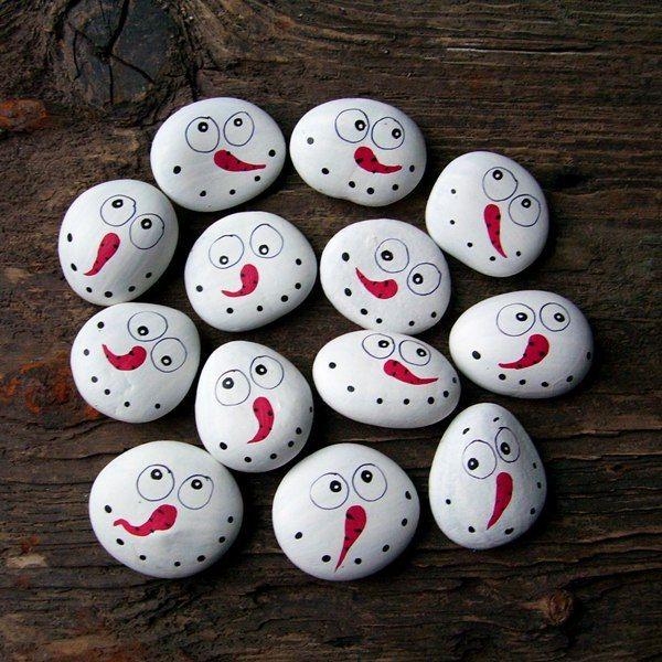 ,,SNĚHULÁCI !!!! ....,, Malované kamínky -oblázky,sněhuláčci ve velikosti průměrně cca 4*4 cm s různými odchylkami,kamínky ručně malované a lakované. Super dáreček pro děti do ,,mikulášského pytlíčku..,kolegům do práce či jen tak jako milá a nevšední dekorace pro vánoční dny... Cena je za kus,počet kusů prosím naklikejte,foto je ilustrační,ale všichni ...