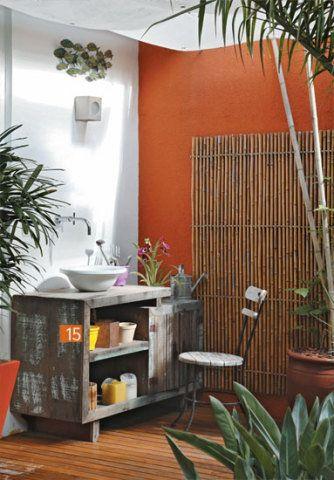 . Apoio à jardinagem. Adaptado para acomodar uma cuba (Incepa), o móvel de madeira de demolição comprado em Itaipava, RJ,…