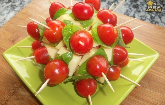 Ingredientes:  Manzana 1 Tomates cherry c/n Queso de máquina c/n Albahaca c/n Preparación: