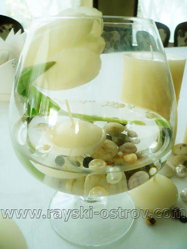 Стильный декор зала на свадьбу живыми цветами. Столик молодожен украшен композициями из белых тюльпанов и лимониума, свечами, вазочками и бусинами.