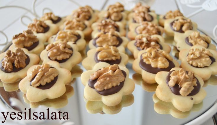 Pastanelerde bize göz kırpan, lezzetli kurabiyeleri evimizde yapariz 😉😄😄Pastanelerde satılan bu nefis kurabiyeyi denemenizi şiddetle tavsiye ederim 👌Kiyir Kiyir bir lezzet 😋😋 CEVİZLİ PASTANE KURA…