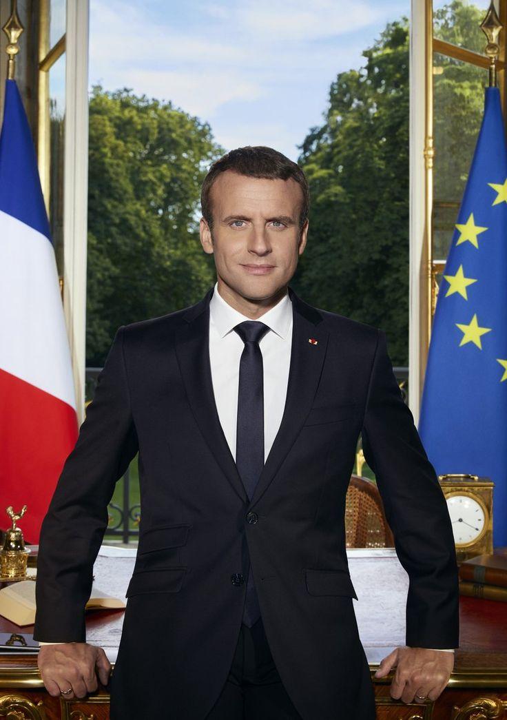 Emmanuel Macron a publié à la mi-journée sur Twitter son portrait officiel.Appuyé contre son bureau à l'Elysée, devant une fenêtre ouverte et les drapeaux françai...