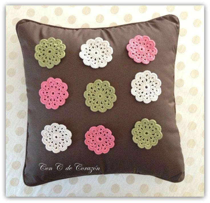 Cojin con flores de crochet