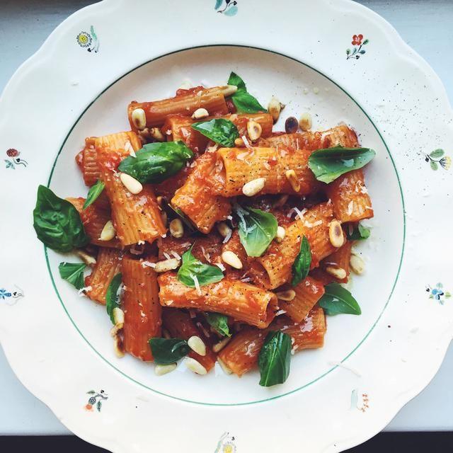 Pasta med tomatsås, pinjenötter och basilika Siri Barje koket.se