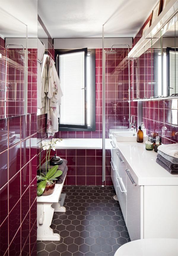 Kylpyhuone remontoitiin viime syksynä. Vanhat viininpunaiset seinäkaakelit ja ruskeat kuusikulmaiset lattialaatat säilytettiin remontissa. Alkuperäinen, monivärinen marmoritaso sai väistyä, ja tilalle asennettiin Temalin puhtaanvalkoiset kylpyhuonekalusteet. Pirtinpöydän penkki toimii oivana laskutasona.Tyttö kun maailmalle lähti   Koti ja keittiö