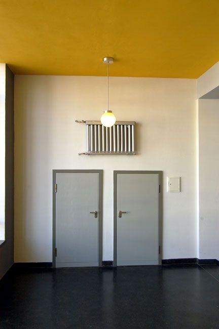 fotografie bauhaus dessau t ren farbkombi t r und zarge dieses grau ist so cool. Black Bedroom Furniture Sets. Home Design Ideas