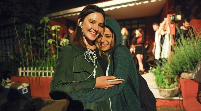 """Yapımcılığını, medya prodüksiyon şirketi Endemol Shine Türkiye'nin üstlendiği 'Paramparça' dizisinin 2. sezon çekimleri önceki gün tamamlandı. Kuzguncuk'ta gerçekleşen çekimlerin bitimiyle birlikte ikinci yönetmen Deniz Çelebi, ekibe 2. sezon için son kez """"Paydos"""" diye seslenerek teşekkür etti. Paramparça'nın genç ve güzel oyuncusu Alina Boz 18. yaş kutlamasını sette yaptı. Ardından hep birlikte sette düzenlenen mangal partisine katılan 'Paramparça' ekibi, ikinci sezonun veda pastasını da…"""