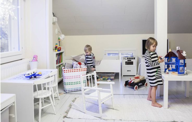 Lauran entisöimät lastenhuoneen pinna-tuolit ostettiin Tori.fi:stä. Keinutuoli on vaarin lahja Hilmalle. Matot ovat Tuurista, sängyt ja kaappi Ikeasta, peitteet Ellokselta.